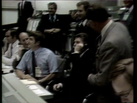 vidéos et rushes de space shuttle 'columbia' space shuttle 'columbia' usa houston ms president reagan talking to mission control officials ms/side president reagan on... - voix
