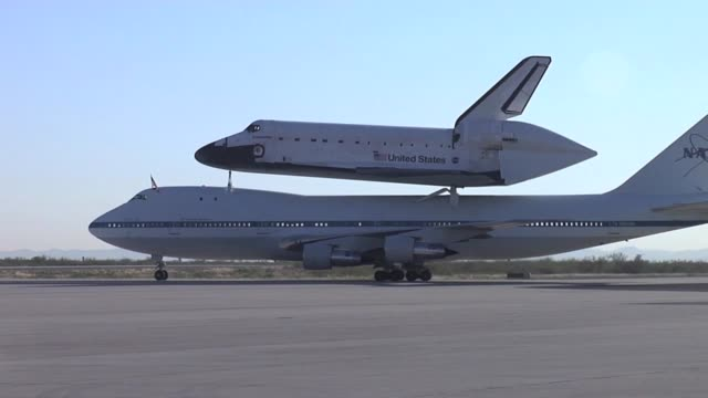 space shuttle endeavor and shuttle carrier stopping for fuel at biggs army airfield - ボーイング点の映像素材/bロール
