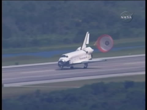 stockvideo's en b-roll-footage met space shuttle endeavour lands at the kennedy space center endeavour is a currently operating space shuttle that was built to replace the challenger... - missiehuis
