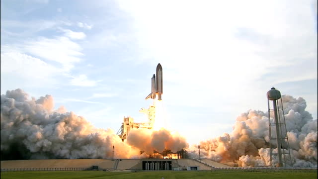 vídeos y material grabado en eventos de stock de space shuttle endeavour launches from kennedy space center on the sts127 mission to deliver and install the final two components of the japanese... - transbordador espacial