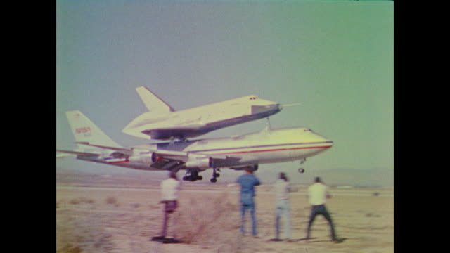 vidéos et rushes de space shuttle enterprise is tested by piggyback on the back of a 747 jetliner as it practices landing in the mojave desert - glisser
