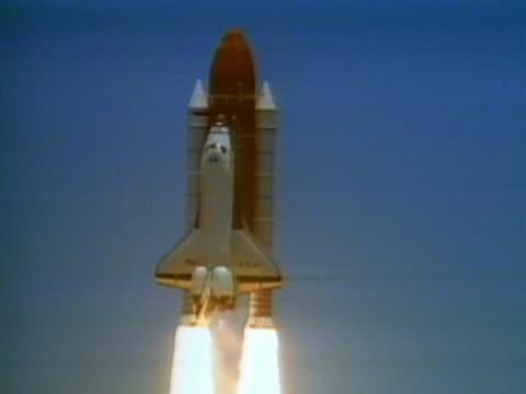 vídeos y material grabado en eventos de stock de space shuttle flying, connected to external tank and rocket boosters - lanzacohetes