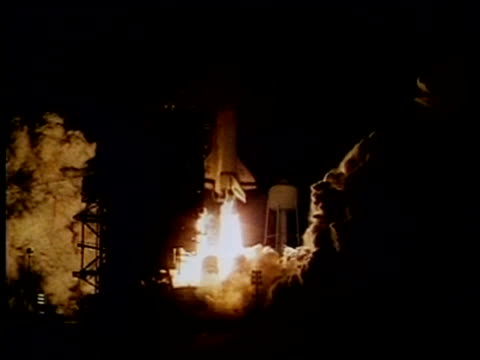 mwa space shuttle lift off at night, nasa - rakete stock-videos und b-roll-filmmaterial