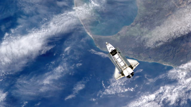 vídeos de stock e filmes b-roll de space shuttle over earth - exploração espacial