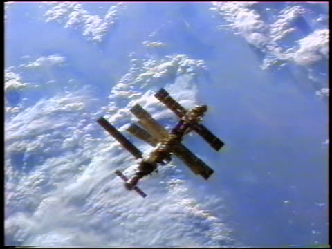 stockvideo's en b-roll-footage met mir space station flying above earth / sts71 - mir space station