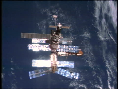 stockvideo's en b-roll-footage met mir space station flying in outer space above earth / sts76 - mir space station