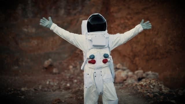 vídeos de stock e filmes b-roll de spaceman walking on the mon - astronauta