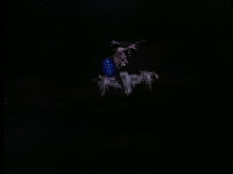 vídeos de stock e filmes b-roll de 2 spaceships dogfighting with blue lasers - batalha guerra
