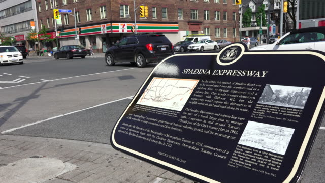 vidéos et rushes de spadina avenue is one of the most prominent streets in toronto running through the western section of downtown the road has a very different... - plaque rue