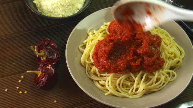 spagetti and meatballs - tomatensoße stock-videos und b-roll-filmmaterial
