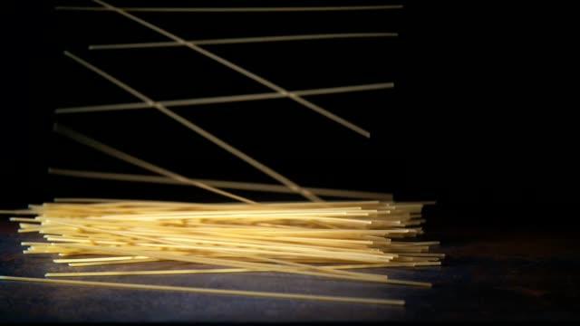 spaghetti pasta falling down - spaghetti video stock e b–roll