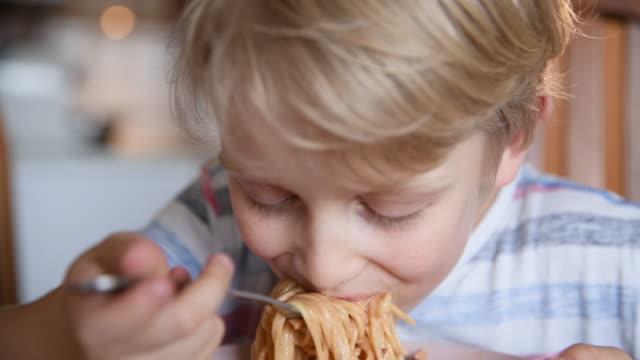 spaghetti - 6 7 år bildbanksvideor och videomaterial från bakom kulisserna