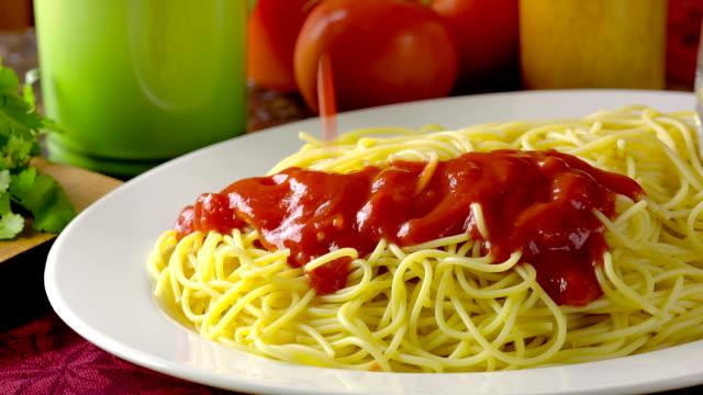 spaghetti - salsa di pomodoro video stock e b–roll
