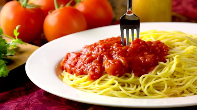 vídeos de stock, filmes e b-roll de espaguete - garfo