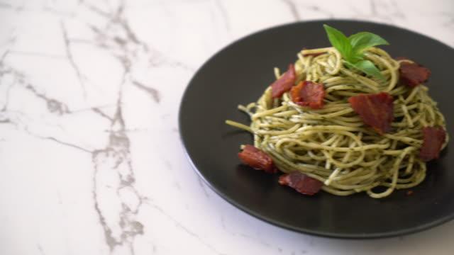Spaghetti met basilicum pesto en spek