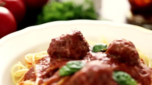 vídeos de stock, filmes e b-roll de espaguete com almôndegas - espaguete