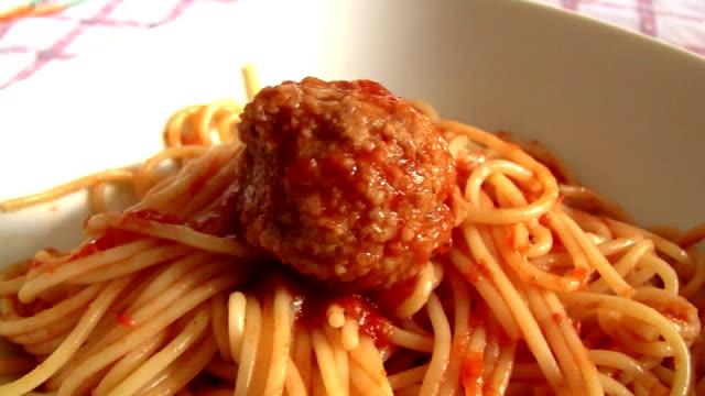 spaghetti with meatballs - salsa di pomodoro video stock e b–roll