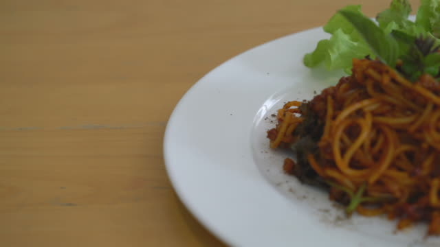 spaghetti with pork and tomatoes sauce