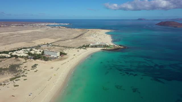 stockvideo's en b-roll-footage met spain, canary islands, fuerteventura, parque natural de corralejo, playa bajo negro and resort - color negro