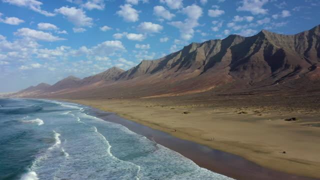 spain, canary islands, fuerteventura, parque natural jandia, playa de cofete and mountain landscape - insel stock-videos und b-roll-filmmaterial