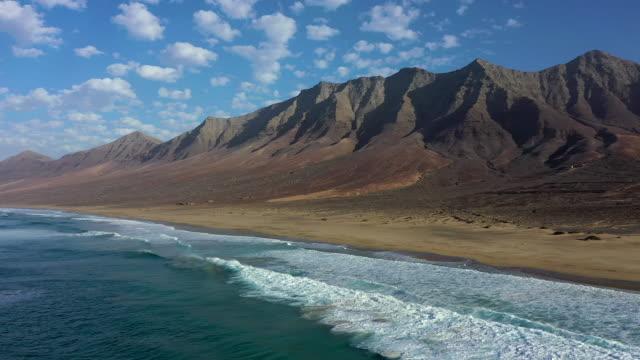 spain, canary islands, fuerteventura, parque natural jandia, playa de cofete and mountain landscape - atlantik stock-videos und b-roll-filmmaterial