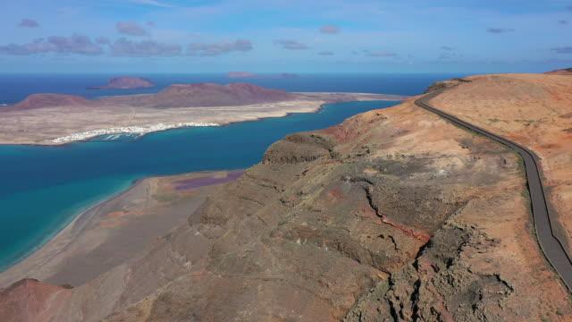 spain, canary islands, lanzarote, isla graciosa viewed from mirador del rio - atlantik stock-videos und b-roll-filmmaterial