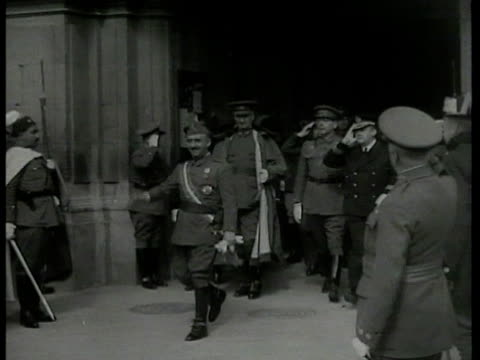 stockvideo's en b-roll-footage met spain nazi spain dictator francisco 'el caudillo' franco in generals uniform exiting building w/ aides officials waving to crowd guards ext ms crowd... - generaal militaire rang