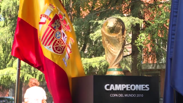vidéos et rushes de spain ex coach vicente del bosque and the president of the higher sports council, irene lozano preside over the commemoration of the 10th anniversary... - spain
