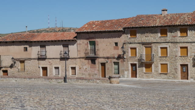 spain siguenza town houses - kopfsteinpflaster stock-videos und b-roll-filmmaterial