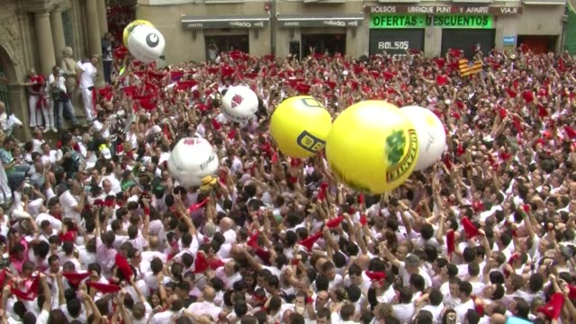 vídeos y material grabado en eventos de stock de spains best known fiesta san fermin kicks off with the traditional chupinazo ahead of the famous running of the bulls which begins on monday - comunidad foral de navarra
