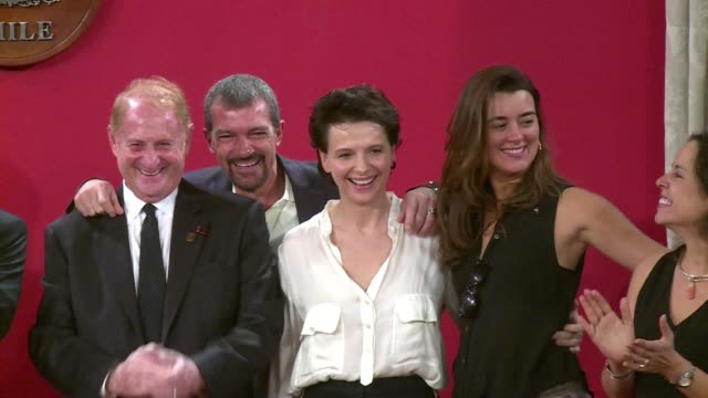 vídeos de stock, filmes e b-roll de spanish actor antonio banderas and french actress juliette binoche who are going to play the parts of the rescued chilean miners and their families... - juliette binoche