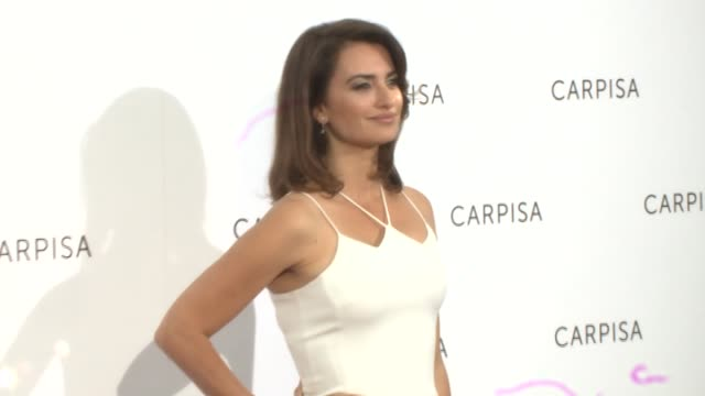 vidéos et rushes de spanish actress penelope cruz attends carpisa photocall presentation at the italian embassy - penélope cruz
