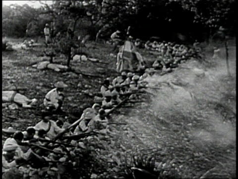 vidéos et rushes de reenactment spanish army soldiers firing rifles at charging us army rough riders during a recreation of battle of san juan hill during the 1898 spanish american war / cuba - révolution cubaine