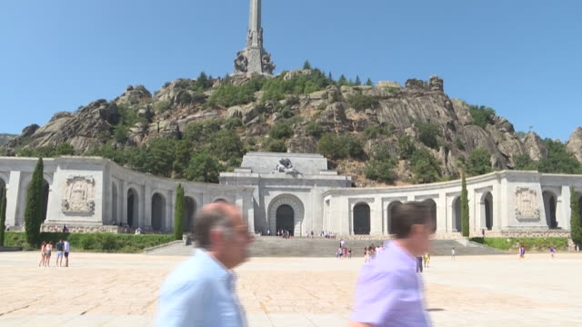 spanish court supreme has ruled that the remains of dictator francisco franco should be exhumed from el valle de los caidos and moved to the... - tomba luogo di sepoltura video stock e b–roll