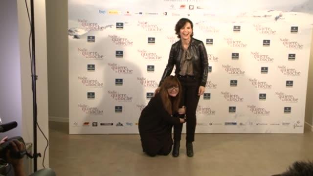 vídeos de stock, filmes e b-roll de spanish director isabel coixet and french actress juliette binoche attend the 'nadie quiere la noche' - juliette binoche