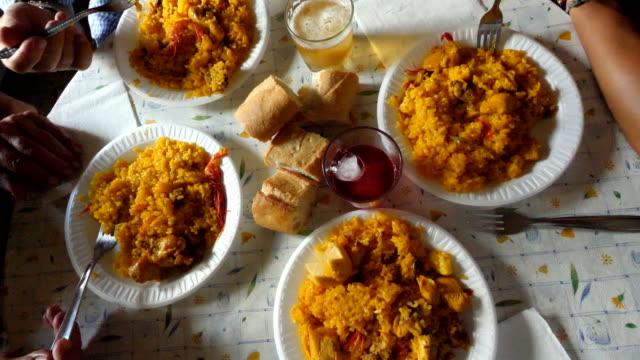 家庭でパエリアを食べるスペインの家族 - パエリヤ点の映像素材/bロール