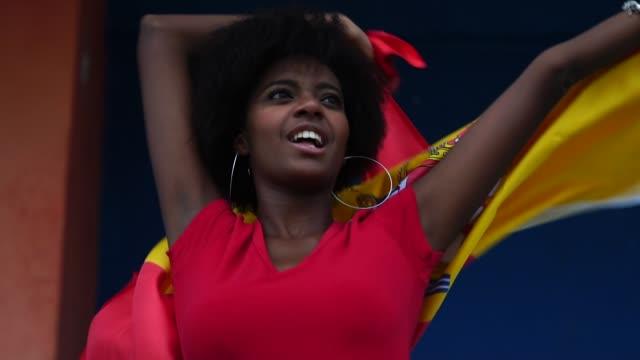 スペインのファンがサッカーの試合を見て - スペイン国旗点の映像素材/bロール