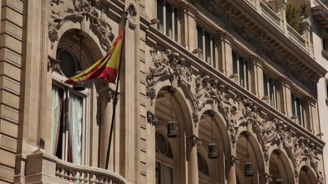 vídeos y material grabado en eventos de stock de ms spanish flag at royal palace / madrid, spain - autoridad
