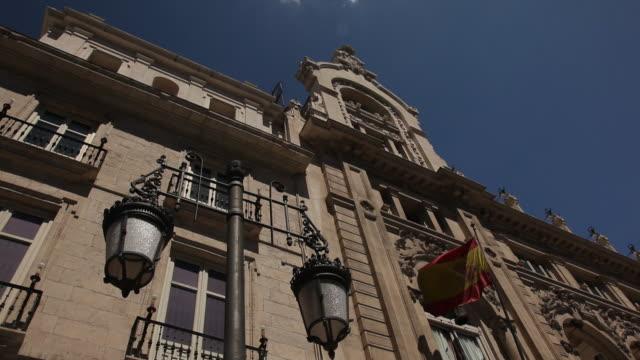 vídeos y material grabado en eventos de stock de ms la spanish flag at royal palace / madrid, spain - authority