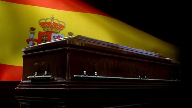 vídeos y material grabado en eventos de stock de bandera española detrás del ataúd - héroes