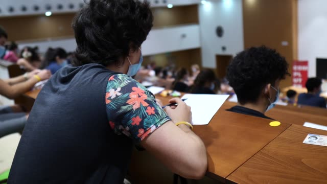 ESP: Students Attend University Access Exam With Social Distance