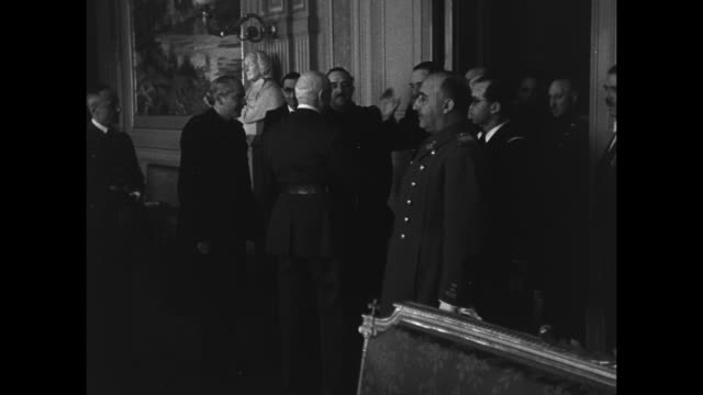 stockvideo's en b-roll-footage met spanish leader general francisco franco enters room shakes hands with vichy french leader henriphilippe petain / ms franco stands by as petain greets... - generaal militaire rang