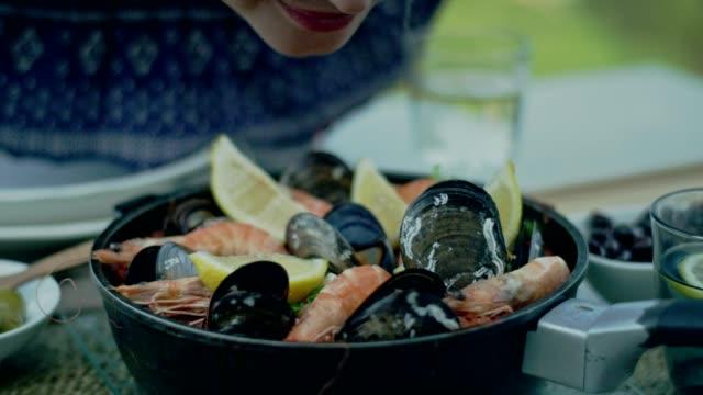 vídeos de stock e filmes b-roll de spanish local lunch paella - cultura espanhola