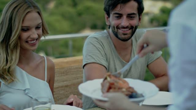 vídeos y material grabado en eventos de stock de español almuerzo con una vista - pescado y mariscos