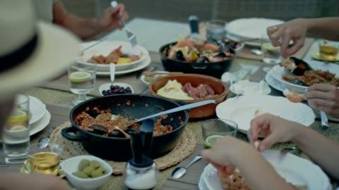 vídeos y material grabado en eventos de stock de español almuerzo con una vista - plato de comida