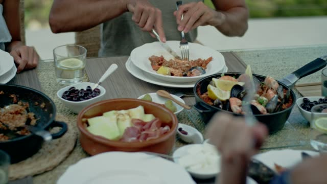 vídeos de stock e filmes b-roll de spanish local lunch with a view - cultura mediterrânica