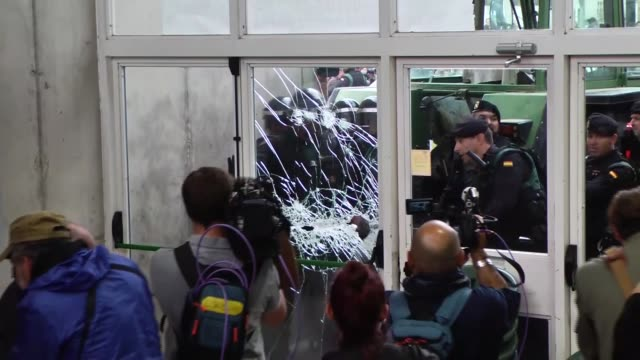 spanish national policemen prevent people from voting in the catalan independence referendum at a sports center where the catalonia president carles... - catalogna video stock e b–roll