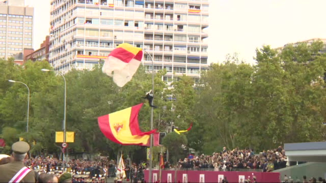 a spanish paratrooper gets stuck with a lamppost during the spanish national day military parade in madrid - fallschirmjäger stock-videos und b-roll-filmmaterial