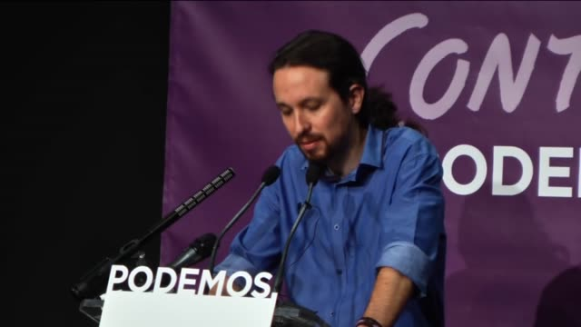 vídeos y material grabado en eventos de stock de spanish party 'podemos' leader pablo iglesias addresses the media during a press conference at theater goya to analyze the results of the spanish... - 2015