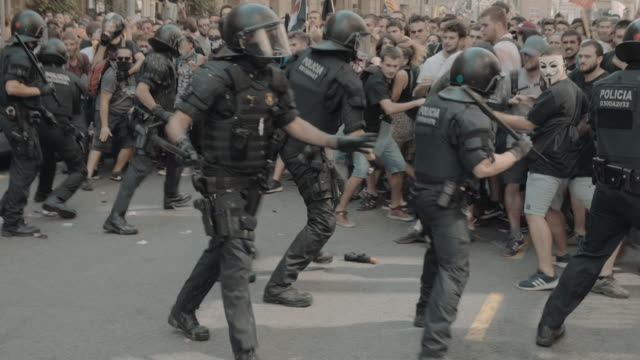 spanish police beat back protestors on september 29 2018 in barcelona spain the spanish national police union hold a commemorative rally several days... - catalogna video stock e b–roll
